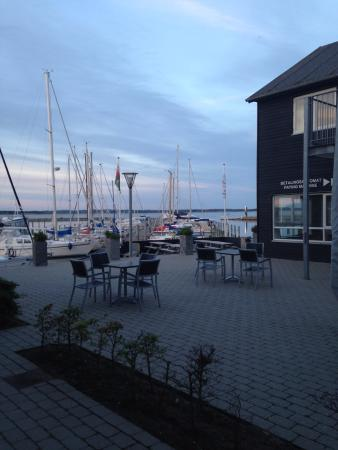 Hotel Strandtangen: Courtyard outside one bedroom apartment facing the marina