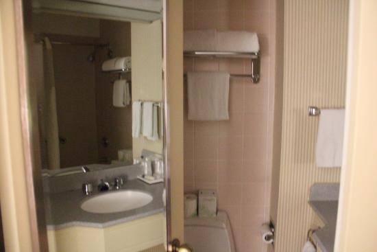 bathroom picture of the manhattan at times square hotel new york rh tripadvisor ca