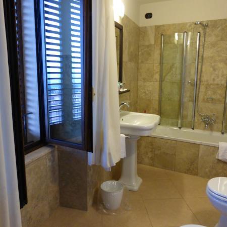 Our bathroom picture of meuble il riccio montepulciano for Meuble il riccio