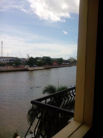 Hotel Victoria River View: view sungai martapura dari balkon kamar