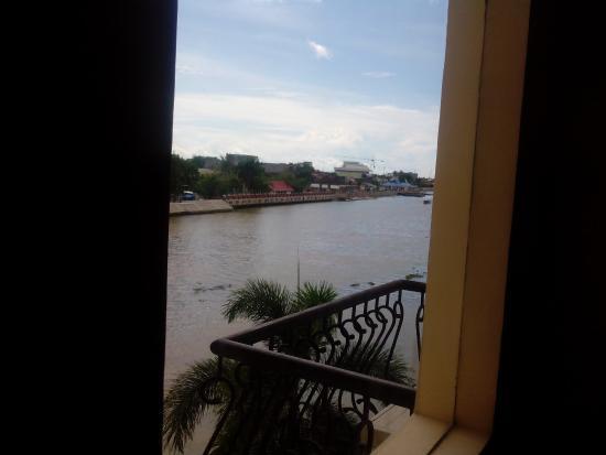 Hotel Victoria River View: view sungai dari lorong kamar