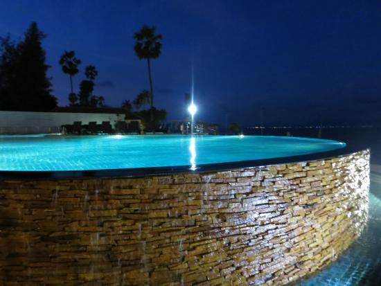 Samui Buri Beach Resort: Infinity Pool