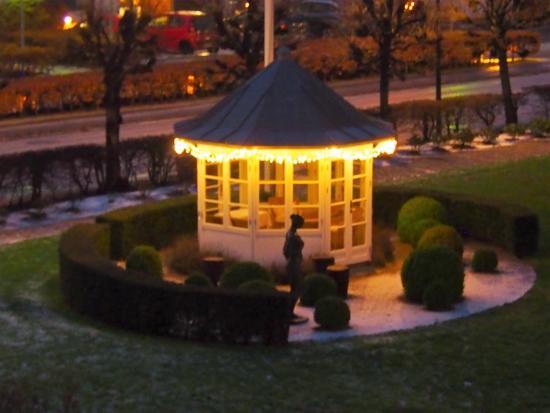 Skodsborg, الدنمارك: Lille lysthus forand Kurhotel Skodsborg
