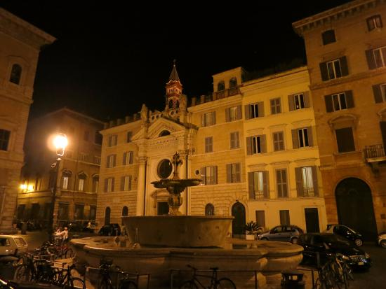 Casa di Santa Brigida: Вид отеля и площади перед ним