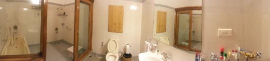 Ri Kynjai: Gigantic Bathroom