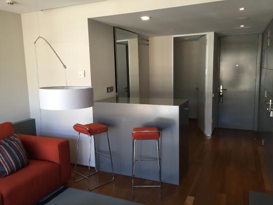 Hotel Reina Petronila: Barra salón suite