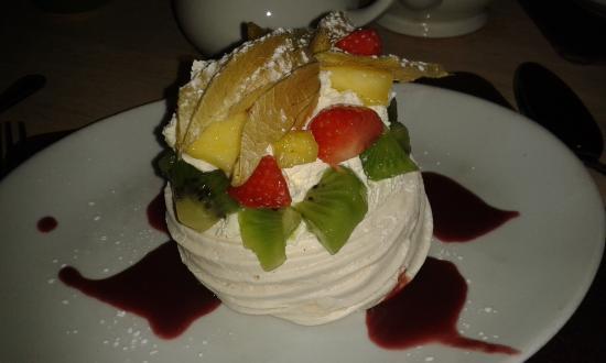 Mudford, UK: Fresh Fruit Pavlova-delicious!