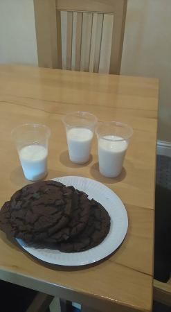 Holiday Inn Killarney: Milk and cookies before bed :)