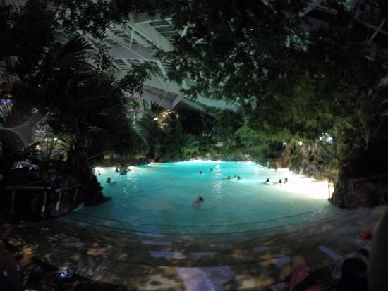 Aquamundo de nuit picture of center parcs les hauts de for Center parc piscine