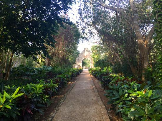 Tixkokob, Mexico: path to front entrance