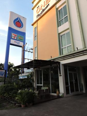 The One Residence : 正面からのホテル