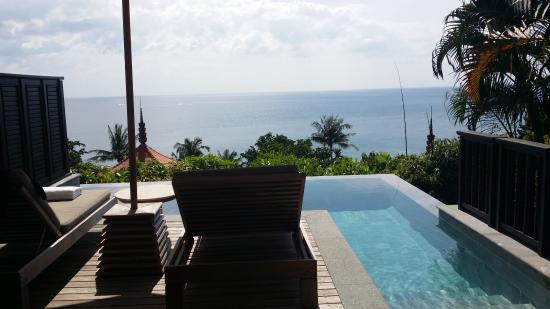 Trisara Phuket: terrasse avec chaises longues sur la piscine