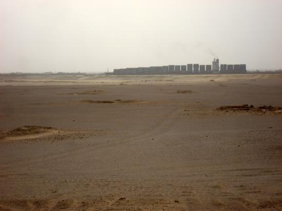 Suez Canal: Wüstenschiff von links