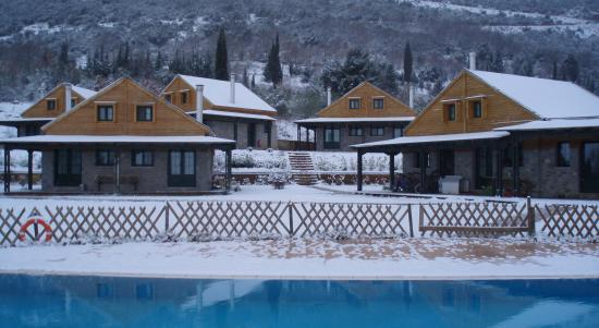 Milias Camps Village: Τα Σπιτάκια  χιονισμένα το χειμώνα.