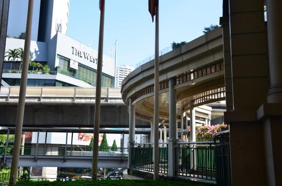 Sheraton Grande Sukhumvit, A Luxury Collection Hotel: Skywalk connecting to the Asok Skytrain Station