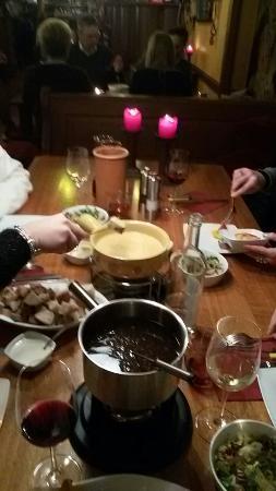 Uhlenhorster Weinstube : fonduta di carne per due persone. una di formaggio e l'altra di carne