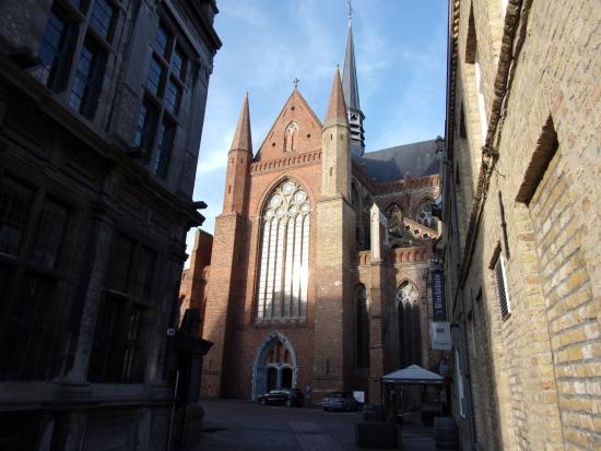 Veurne, Belçika: Eglisecachée derière l'Hôtel de Ville
