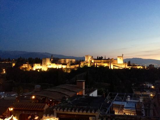 Carmen Mirador de Aixa: Spectacular view of the Alhambra. Have a night cap while you view a UNESCO heritage site