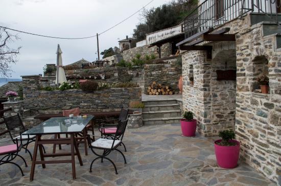 Makrinitsa, Yunani: Αυλή
