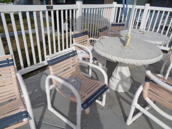 Sunrise Resort Motel South: Dirty pool area furniture