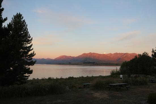 YHA Lake Tekapo : Sunset view from outside room
