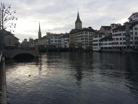 Storchen Zurich: Vista del rio Limmat desde la terraza del  bar