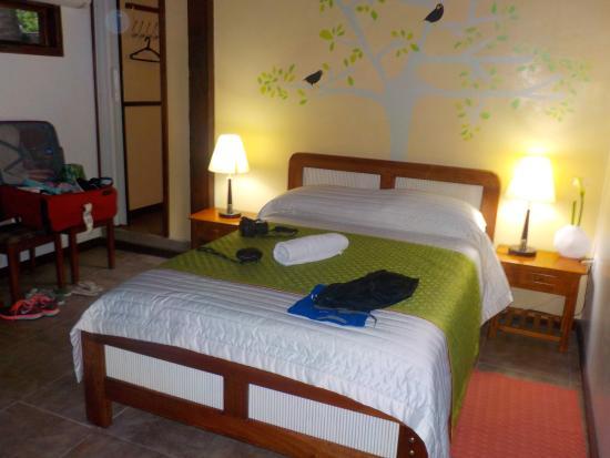 Puerto Villamil, Ισημερινός: esta habitación consta de una cama matrimonial y una cucheta.