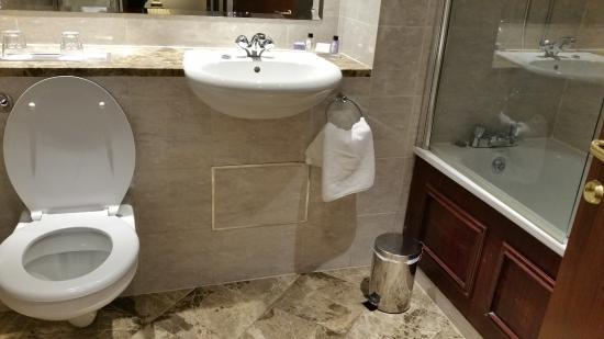 Macdonald Holyrood Hotel: Bathroom.