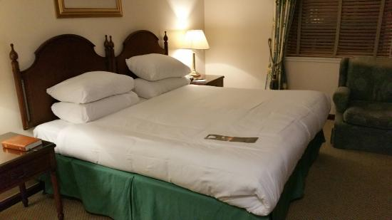 Macdonald Holyrood Hotel: Big bed..