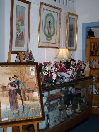Buchanan, Wirginia: In addition to prints find Moss pins & figures, also Byers Carolers,Yankee Candles & Cat's Meow.