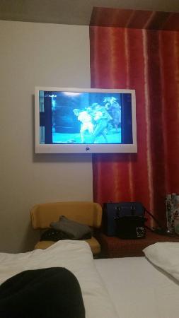 La grande tv della camera bild von simm 39 s hotel wien for Grande disposizione della camera familiare