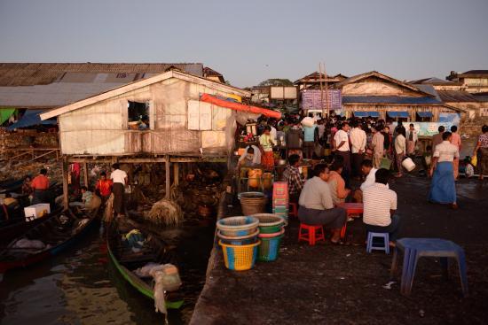 Sittwe, Μιανμάρ: fish market early in the morning
