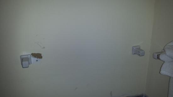 Норт-Кайкос: Broken bathroom towel bar