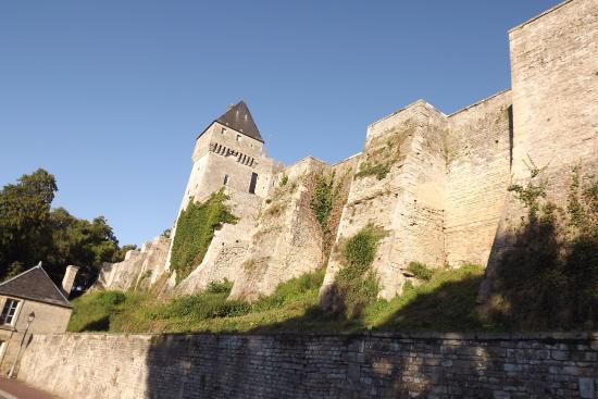 Creully, France : castello mura