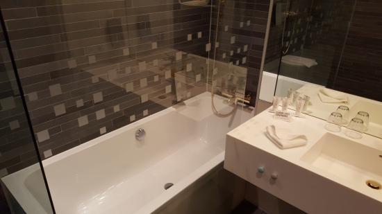 Clarion Hotel Malmo Live: Bathtub.