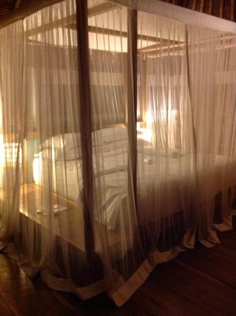 The Purist Villas and Spa: Lit chambre parentale sous moustiquaire