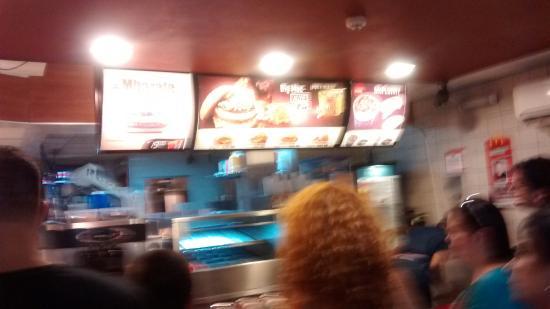 McDonald's: Pequena, mas atende a muitos.