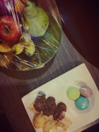 Pullman Kuching: 호텔 체크인하면 방안에 과일하고 과자들이있어요~