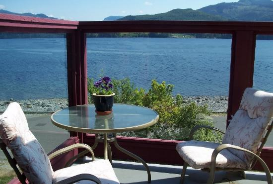 Alert Bay Lodge: Front Deck