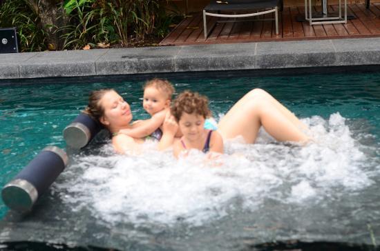 Sukhumvit 12 Bangkok Hotel & Suites: In-Pool Jacuzzi