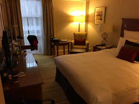 room looking in picture of london marriott hotel kensington london tripadvisor. Black Bedroom Furniture Sets. Home Design Ideas