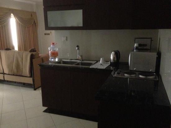 Kuta Townhouse Apartments: kitchen