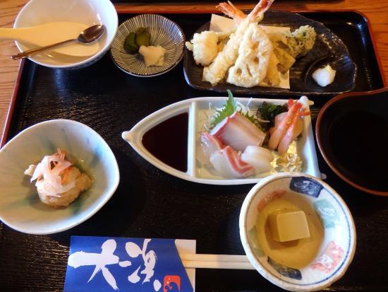 Ehime Prefecture, Japonia: 小鉢2品、てんぷら、刺し盛り