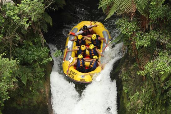 Okere Falls, Nueva Zelanda: On our way down the class 5 waterfall