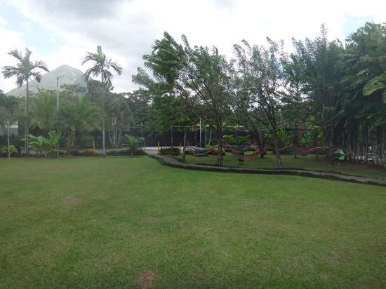 Arenal Backpackers Resort: Visão do Hostel com vulcão de fundo