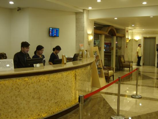 Lotus Garden Hotel: Reception desk with LESLIE to the far right -