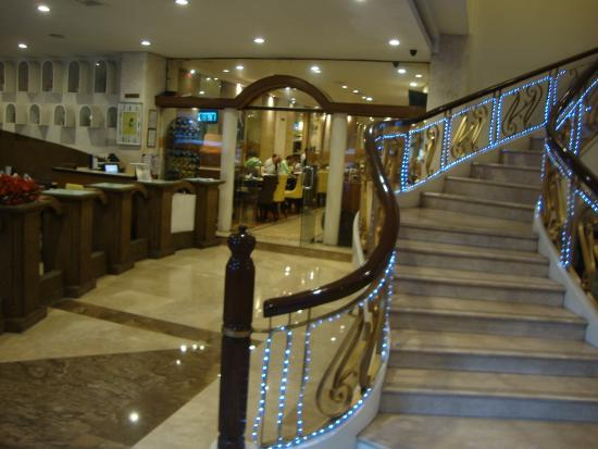 Lotus Garden Hotel: The staircase up from the groud floor -