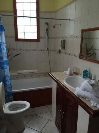 Carana Hilltop Villa: La SDB d'une chambre