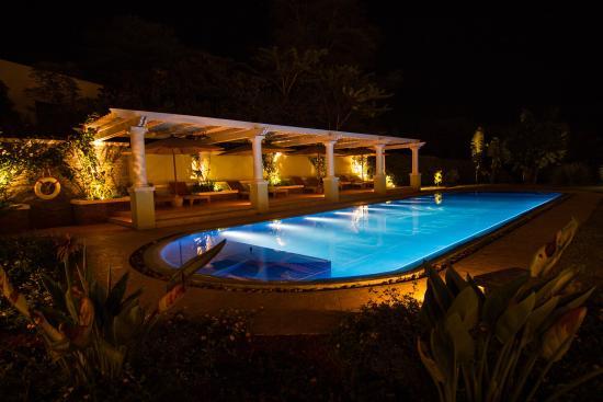 Hemingways Nairobi: Pool view night