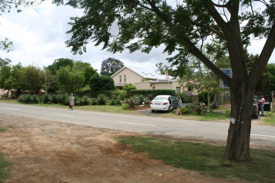 Alicedale, Sydafrika: Cottage in foreground, house is beyond